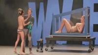 女观众舞台上被魔术师变没