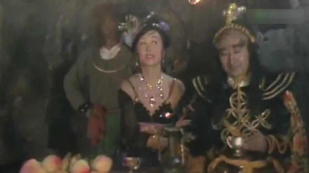 西游记:妖怪洞里一片狂欢,美女妖怪跳舞,调戏唐僧
