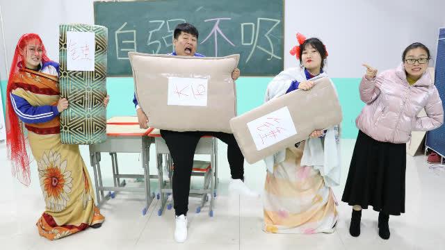 """短剧:马三胖表演""""胸口碎大石"""",没想到俩女同学的劲太大了"""