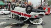 实拍救护车遭大罐车撞飞