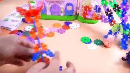 儿童玩具猪爸爸妈妈教小猪佩奇乔治用乐高雪花积木做孔雀