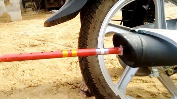 小伙脑洞大开,竟在摩托车排气管加装一根笛子,这声音太有魔性了