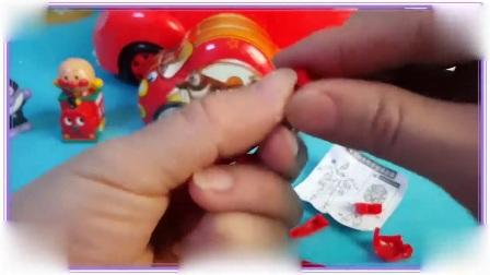 大耳朵图图与芭比娃娃一起拆奇趣蛋玩具,葫芦小金刚 叶罗丽宝贝