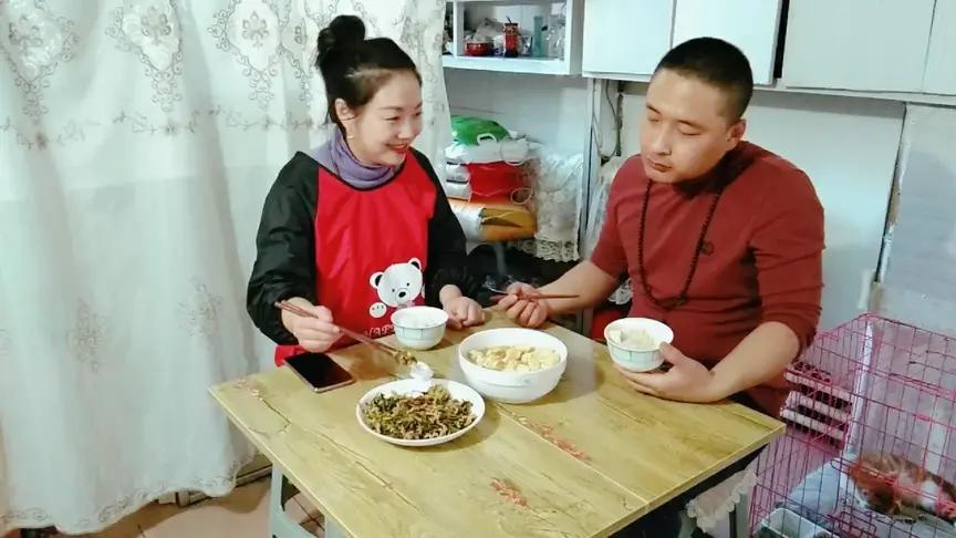 秋霞影院姐弟恋夫妻:小老公吃饭喜欢喝汤,被美女嫌弃,这眼神看了伤心