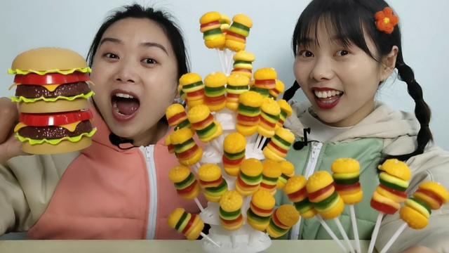 秋霞影院妹子被超大汉堡玩具整蛊,闺蜜取来汉堡橡皮糖,皱眉嚼得真逗