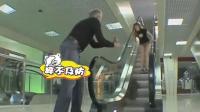 美女坐电梯裙子被挂掉