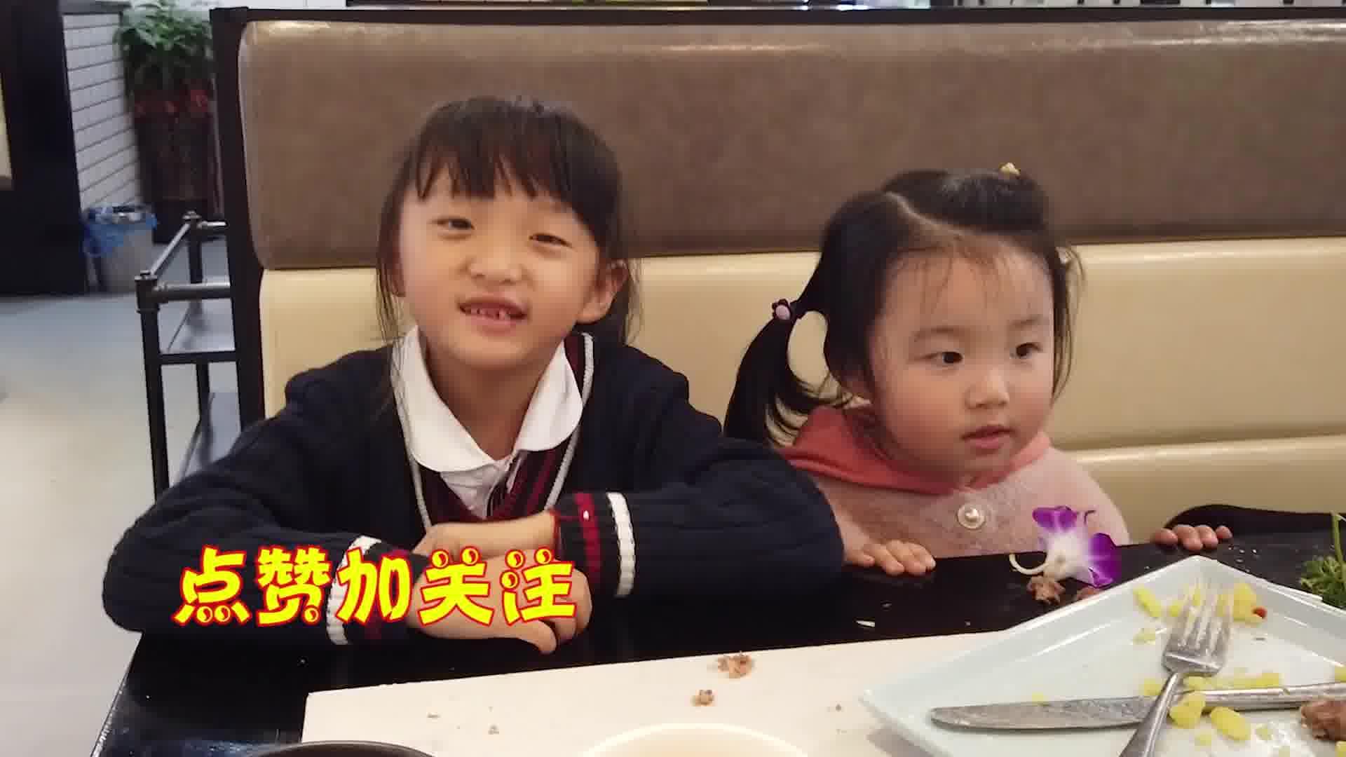 两萌娃吃火锅牛腩,一直吃个不停,爸妈心里美滋滋