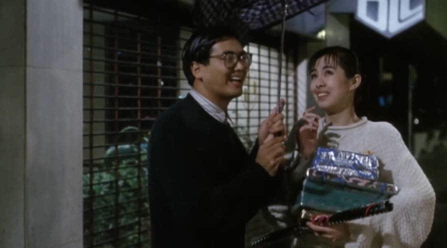 下雨天发哥偶遇王祖贤,一把伞被他用出新时尚,这段看完笑翻了