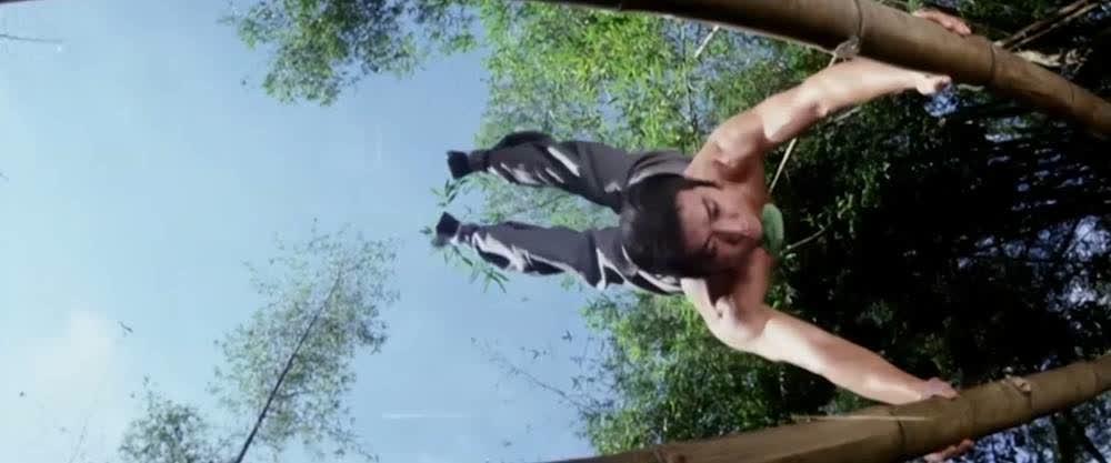 小伙用双杠苦练臂力,现在用的健身器材,都是古人以前的智慧啊