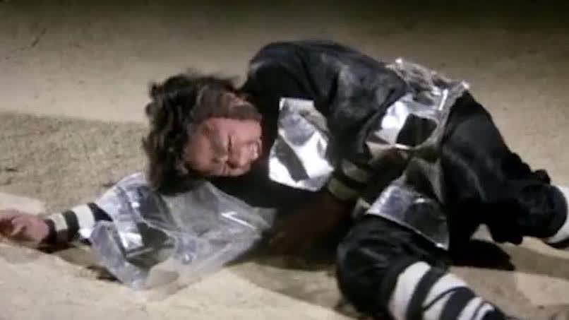 蝙蝠法师使用分身术,被树根一眼看出破绽,狠狠地打了他一顿