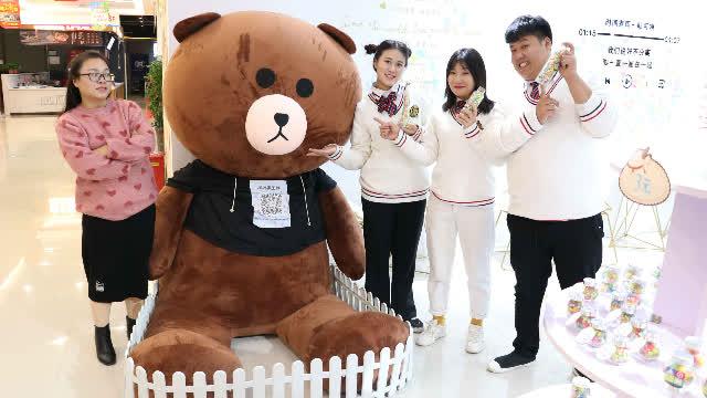 短剧:买手工糖免费抽奖,没想王小九抽到巨大布朗熊