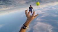 高空跳伞时竟还可以打网球