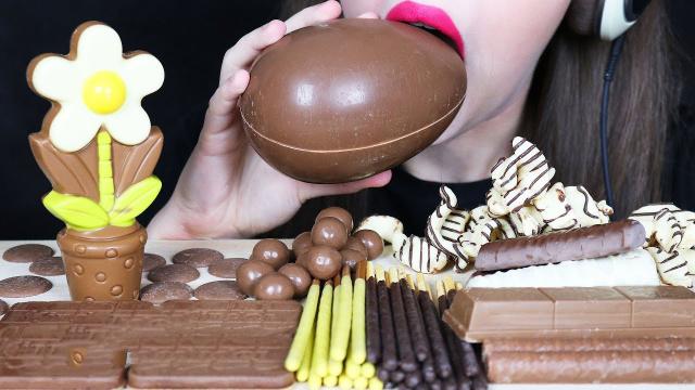 美女吃造型奇特巧克力大餐,巧克力蛋外观低调,竟藏着惊喜?