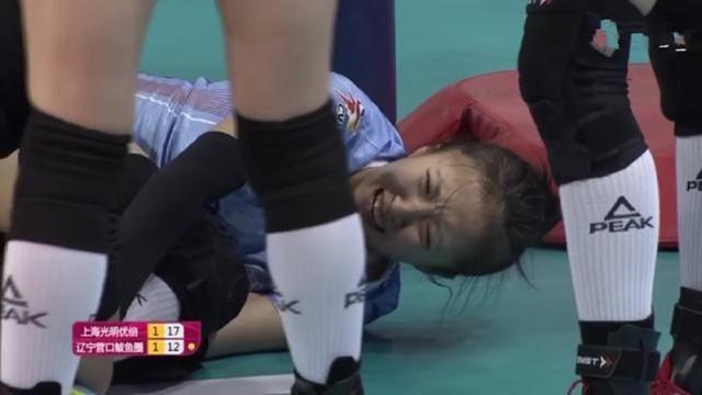 糟糕,中国女排第一二传受伤,场上失声痛哭,有可能韧带撕裂