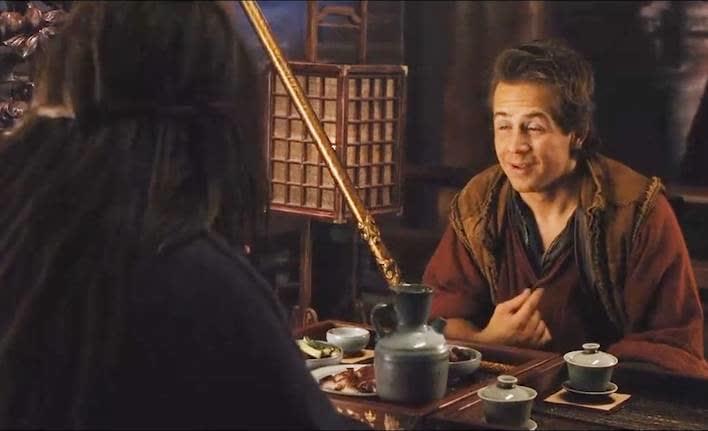 成龙给小伙讲功夫的起源,外国小伙一脸崇拜,就差拜成龙为师傅了!